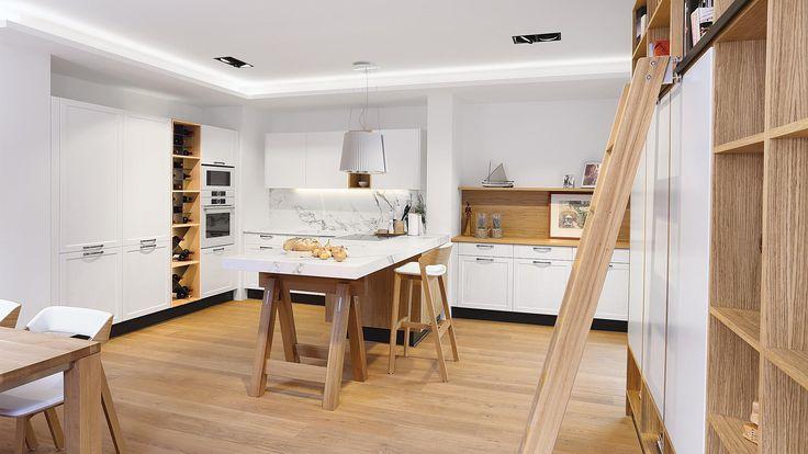 Kuchyně STYLE novinka od SYKORA.  Nápaditá dýha dubu drásaného efektně vyniká v kombinaci s lakovanými bílými plochami, které interiéru dominují.