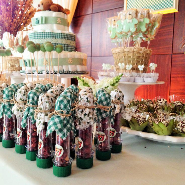 Detalhes na mesa de docês: beijo quente nos tubos enfeitados com tecidos, biscoitos em formato de ursinho, cakepops, ouriços e outros | Chá de Bebê com tema Teddy Bear's Picnic #babyshower #picnic #chádebebe #teddy #bear