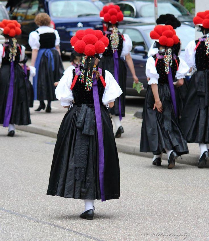 Questo è il vestito tipico di Friburgo e della sua regione, la Foresta nera. Molto scenografici e conosciuti, sono i cappelli, chiamati Ballonhut: il colore rosso indica che la ragazza che lo sta indossando sta cercando il principe azzurro mentre se è nero, è già maritata ... quindi occhio se ci volete provare! ;)