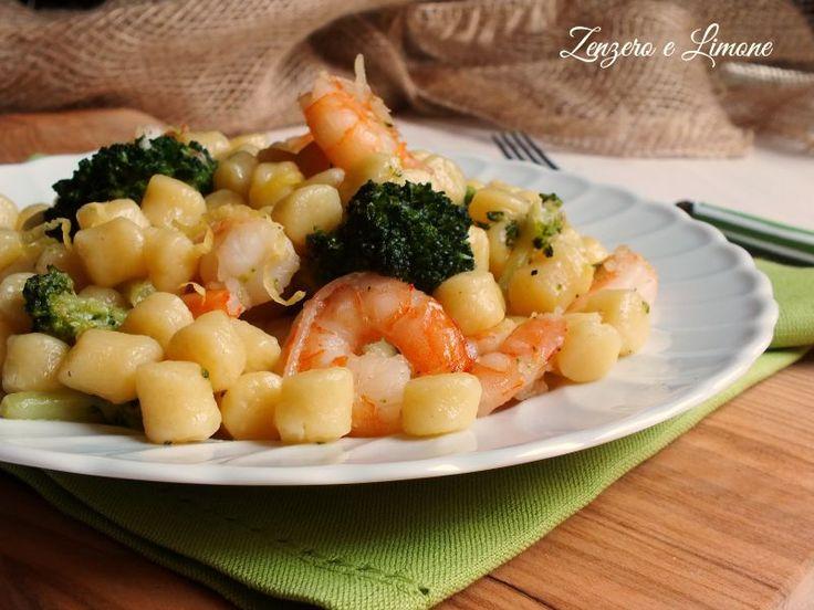 Le chicche di patate con gamberi e broccolo sono un primo piatto semplice, ma di effetto in cui il sapore del mare si fonde con quello dell'orto.
