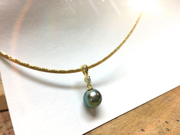 Notre cliente Francine était enchantée du bijou que nous avons réalisé avec la perle qu'elle a acheté elle même à Tahiti.