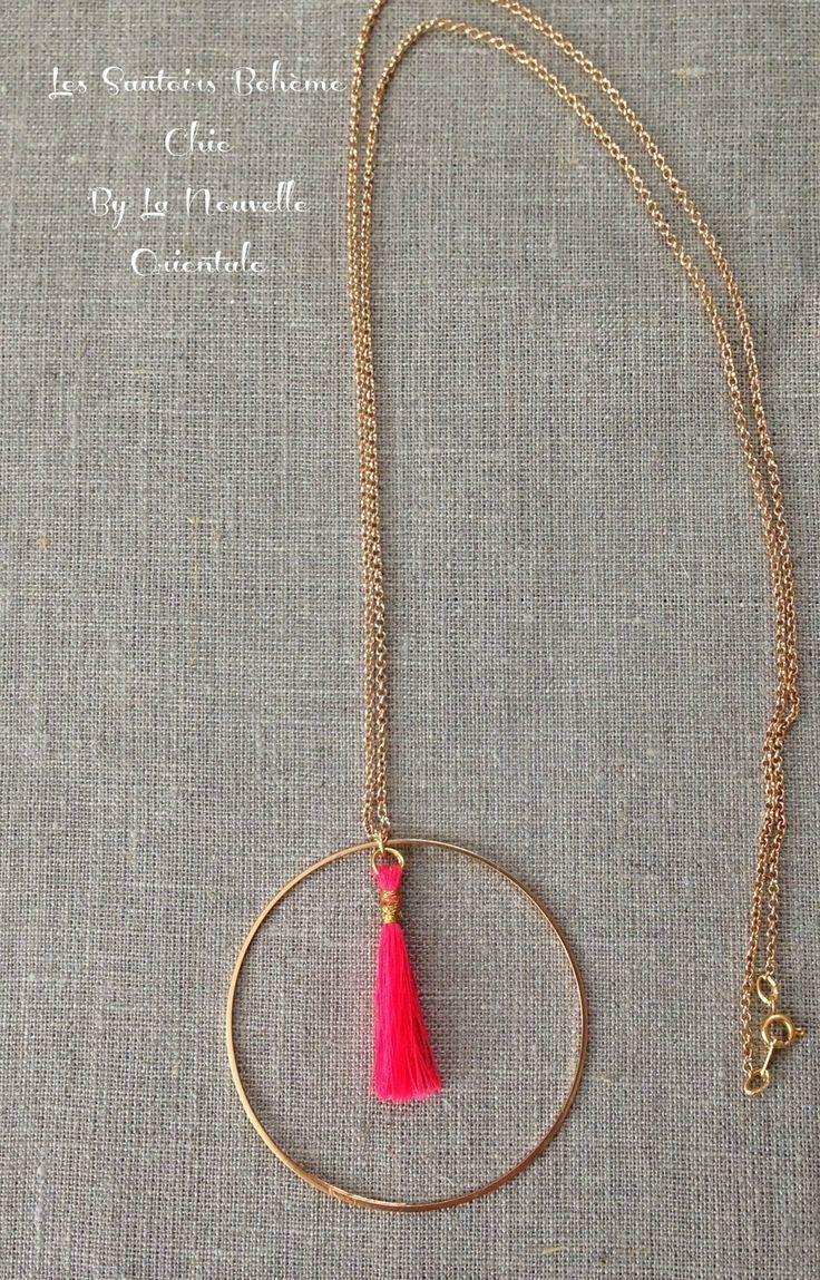 Sautoir Oriental Bohème Chic pendentif pompon rose fluo et cercle en laiton doré - Création La Nouvelle Orientale : Collier par la-nouvelle-orientale