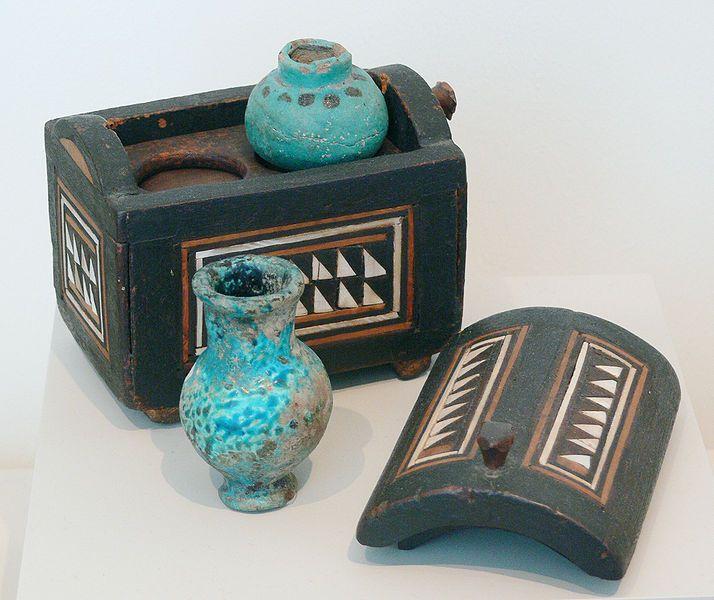 Los egipcios estaban muy arraigados a sus ideas de perfección en cuanto a higiene y estética ... tanto asi que creaban perfumes maquillaje e implementos de aseo entre otras cosas para mantenerse en perfecto estado.