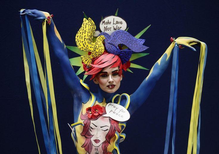 Corpi dipinti, come tele, per l'annuale appuntamento con il World Bodypainting Festival di Poertschach. La manifestazione dedicata all'arte della colorazione del corpo umano si tiene in Austria, sul lago di Worthersee, e quest'anno è dedicata alla pop art