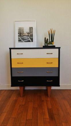 chouette commode vintage remise à jour avec des couleurs tendance et actuelle. Parfaite pour une décoration moderne. Contour noir avec quatre tiroirs: blanc, jaune, gris et n - 20068499