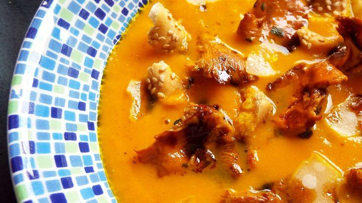 Crema di zucca al Parmigiano Reggiano e fava tonka, riduzione di aceto balsamico di Modena, finferli all'aglio orsino, briciole di grissini al sesamo