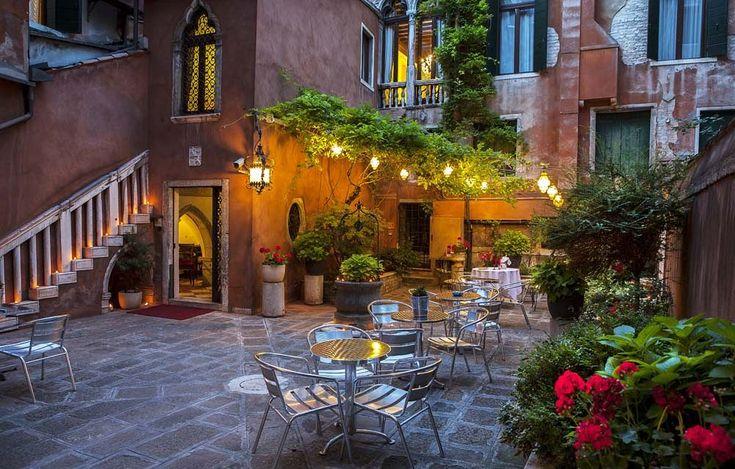 Vous cherchez un hôtel 3 étoiles très pratique dans le quartier de San Marco à Venise ? Hotel San Moisè, situé à 5 minutes de l'Opéra La Fenice, Place Saint-Marc et Campanile de Saint-Marc pourrait vous intéresser.Vous vous trouverez également à 10 minutes de la Basilique Saint-Marc et le Palais des Doges.