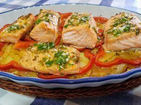 Preparamos hoy unos estupendos lomos de salmón al horno que vamos a acompañar de unas patatas panadera y pimientos. Una receta que apenas lleva trabajo