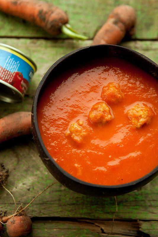 De absolute klassieker: tomatensoep met balletjes (vleesloos te maken) 1 klont boter 1 grote ui of 2 kleinere 2-3 groene selderstengels 1 potige wortel 2 teentjes look 2 laurierblaadjes 5-6 takjes verse tijm (belangrijk) 1,2 tot 1 1/2 kilo tomaten 1 klein potje tomatenpuree (dubbel tomatenconcentraat 70 g) 1 1/2 liter kippenbouillon* peper en zout