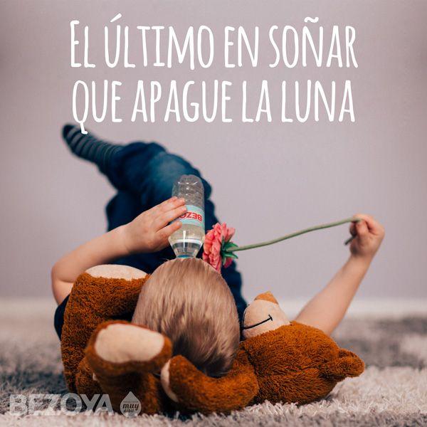 El último en soñar que apague la luna. #bezoya, soñar, luna, beber, agua, mineral, natural, débil, rosa, niño, peluche, jugar, infancia, sueños, frases, frases positivas, optimismo, positividad, inspiración, frases inspiradoras