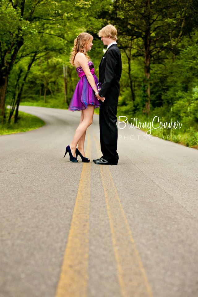 @Tori Zeinstra Prom ♥ pictures on your dirt road like this!!
