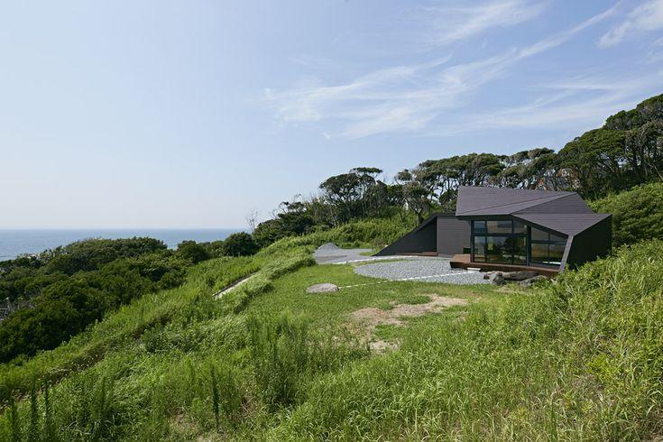 """Construido por Takeshi Hirobe Architects en Chiba, Japan con fecha 2014. Imagenes por Koichi Torimura. ¿Cómo hacer un """"muro interior"""" en un espacio para la gente? Me vuelvo más consciente sobre esta cuestión en el diseño..."""