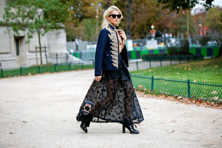 Veder correre it girl, addette ai lavori e fashion influencer da una sfilata all'altra è come assistere a una passerella all'aperto. C'è chi sfoggia look