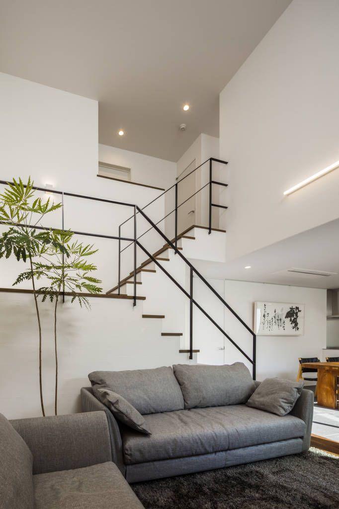 translation missing: jp.style.リビング.modernリビングのデザイン:道後のコートハウスをご紹介。こちらでお気に入りのリビングデザインを見つけて、自分だけの素敵な家を完成させましょう。