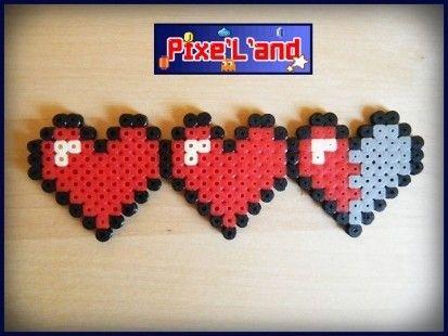 Barre de vie Triple Cœur réalisée en perle Hama Couleur rouge et noir Taille : 5cm X 14cm  *Pensez à la customisation de votre Pixel art !! : Porte clé, aimant, cadre, pot etc...*