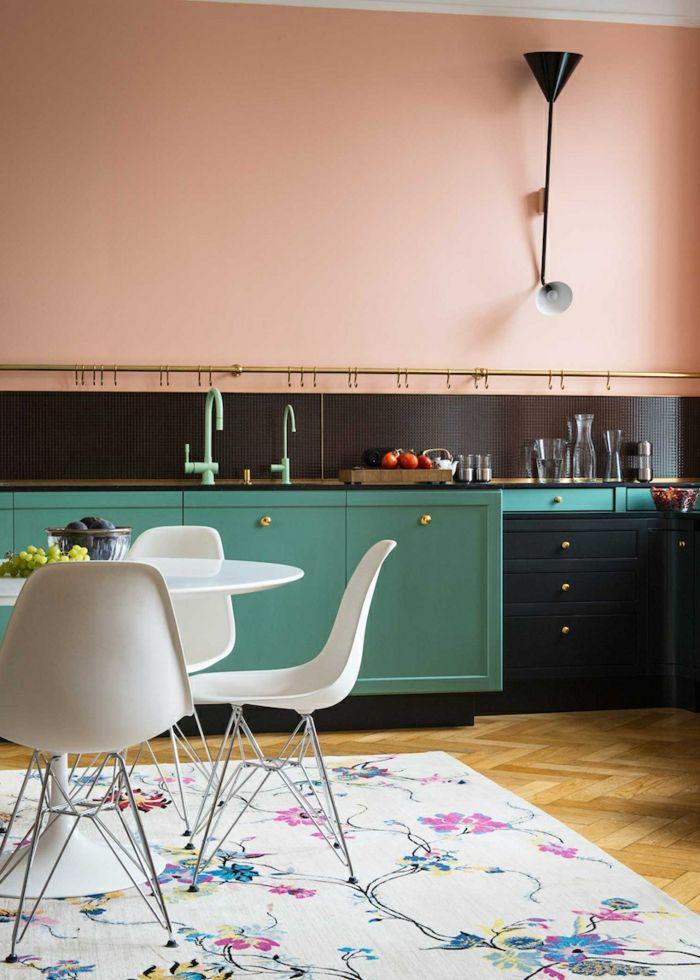 Kücheneinrichtung Idee, Wandfarbe Apricot, Schränke In Schwarz Und Grün,  Weißer Teppich Mit Blumenmuster