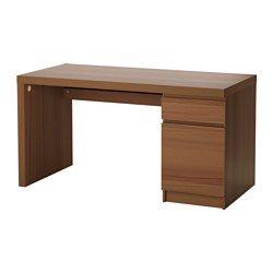 Op de plank onder het tafelblad zijn snoeren en stekkerdozen makkelijk bereikbaar, maar uit het zicht. De achterkant is helemaal afgewerkt, dus je kan dit meubel ook middenin de ruimte zetten. De grote opbergeenheid van het bureau kan je naar keuze rechts of links monteren.