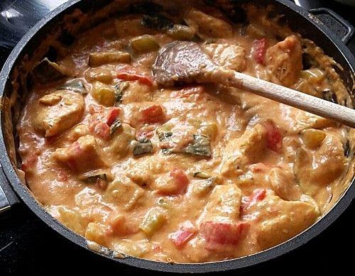 Low-carb Hähnchenbrust mit Zucchini und Tomaten in cremiger Frischkäsesauce