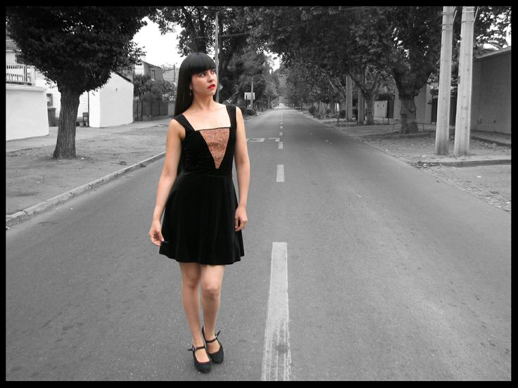 Vestido terciopelo con aplicación de triángulo tejido a crochet con hilo de cobre + mostacillas.
