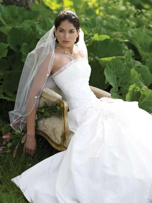 LILLY BRUDEKJOLE 08-3048      Kom i vår hyggelige brudesalong og prøv. Se alle bilder priser og info i vår nettbutikk www.abelone.no    Link til kjolen her:http://www.abelone.no/nettbutikk/brud-brudekjoler-tilbehor/brudekjoler/080-3048-brudekjole-i-taft/