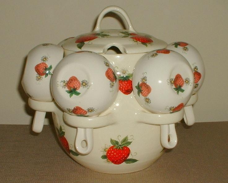 Strawberry Motif Ceramic Punch Bowl and Set of 6 Hanging Cups - Ponchera de Cerámica con Motivo de Fresa y Juego de 6 tazas colgantes