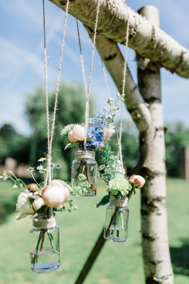 Wat heb je nodig? Een paar lege potjes, stevig touw en mooie bloemetjes (mag ook nep zijn)! #DIY #bruiloft #decoratie