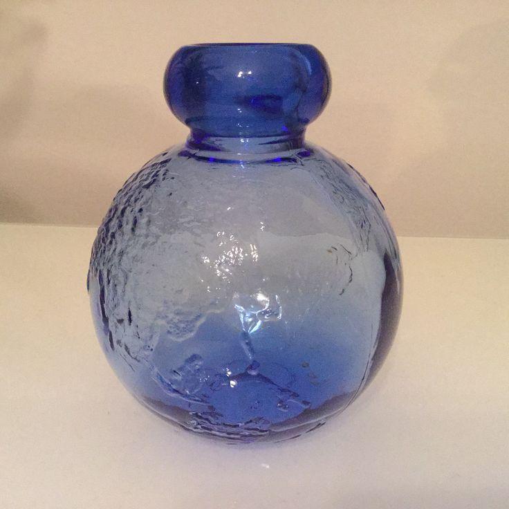 Tellus koristepullo/maljakko. Riihimäen lasi, Design Erkkitapio Siiroinen. Muottiin kiinipuhallettu värillinen lasi. Valmistettu 1974-76. Kolme eri kokoa ja useita eri värejä. Kuvassa keskikokoinen sininen pullo.