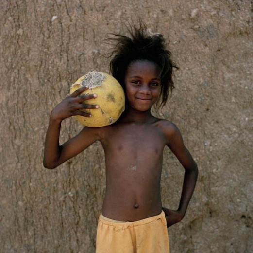 In posa prima della partita.  Jessica Hilltout e il mistero della palla.  (La fotografa racconta il calcio sui campi dei villaggi africani: fantasia, coraggio e passione).