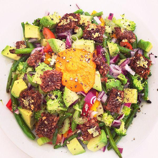 Super lækker bønnesalat med lynstegt peberfrugt, broccoli buketter og grønne bønner samt halve cherrytomater, rødløg, bladselleri og avokado. Salaten er toppet med små hjemmelavede rugbrødscroutoner.