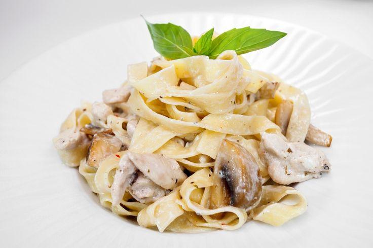 Паста с курицей и грибами / Простые рецепты