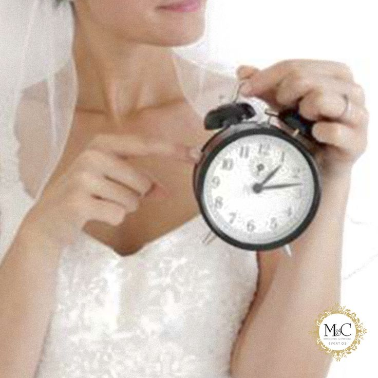 Conforme a Etiqueta de Casamento, para as noivas, o atraso máximo admitido na cerimônia é de 30 minutos, dependendo se haverá outro casamento em seguida ou não. Cuidado, muitas igrejas possuem regras próprias sobre atraso. O melhor é não se atrasar (muito). Para isso, faça uma simulação do trajeto ao local da cerimônia no mesmo horário e dia da semana que acontecerá o evento.