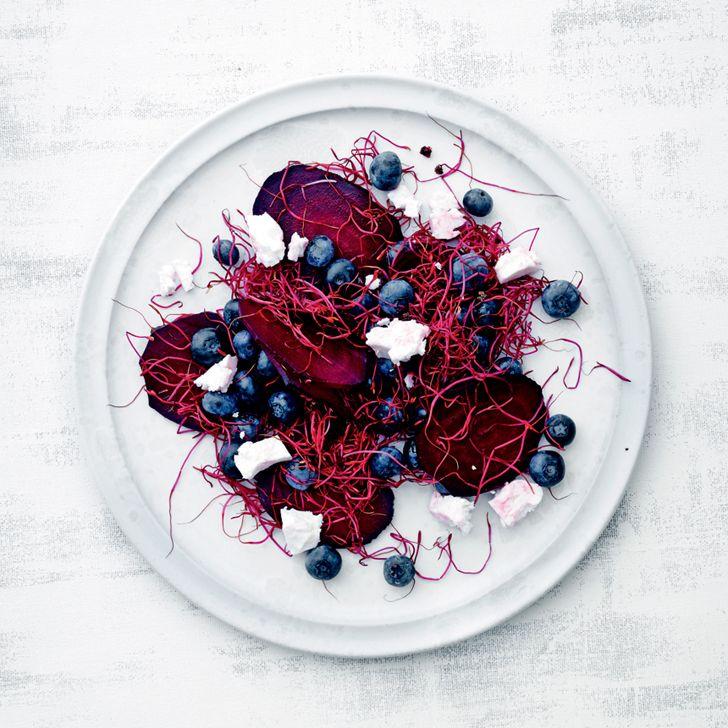 Rødbeder med blåbær, feta og spirer