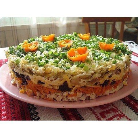 """Слоёный салат с черносливом """"Ночка""""  Ингредиенты: - 300 гр отварной куриной грудки - 2 сырой моркови - 1 чеснок раздавленный - 150 гр твердого сыра - 2 соленых огурца - 4 луковицы - 2 отварных яйца - растительное масло - майонез - 200 гр чернослива  Приготовление: Салат выкладывается слоями: 1й слой: отварная куриная грудка или свинина - мелкими кубиками около 300 грамм, промазать майонезом; 2й слой: сырую морковь потереть на крупной терке, добавить раздавленный чеснок и поджарить на…"""