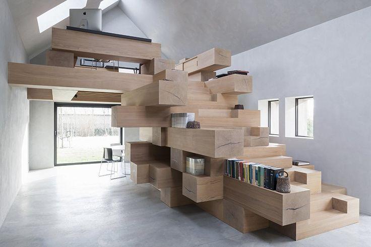 Studio Farris basé à Anvers en Belgique est à l'origine de cette très belle transformation d'une petite grange en bureaux.  Ce lieu possède maintenant une salle de réunion, une bibliothèque, des bureaux, un coin de lecture et de repos. La façade originelle a été restaurée et de nouvelles ouvertures ont été créées. Un nouveau volume de la même forme que l'édifice a été inséré, ce système de Box-in-Box permet d'améliorer l'efficacité énergétique et le bien-être.Un module sculptural fait de...