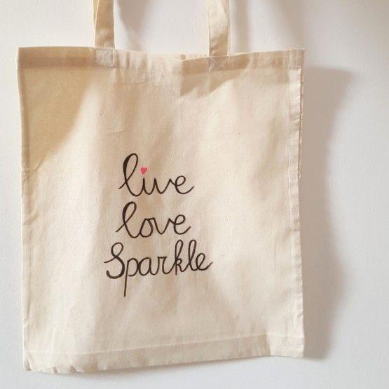 Canvas tas Live Love SparkleVanaf 1 januari 2016 zijn gratis plastic tassen niet meer toegestaan. Het doel is om zwerfvuil op straat en in zee tegen te gaan en verspilling van grondstoffen te voorkomen.En wat is er dan fijner dan je eigen canvas tas waar je blij van wordt. Deze ...