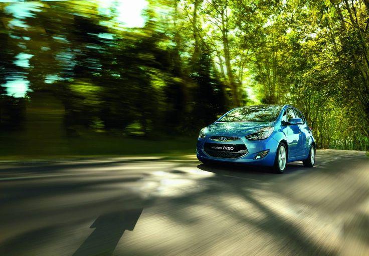 Sportowy wygląd i wnętrze nowego ix20 wynoszą estetykę Hyundaia na nowy poziom piękna i użyteczności. ix20 został stworzony dla kierowców lubiących charakterystyczną stylistykę nadwozia typu MPV. Ciągnące się wzdłuż boku pojazdu ostre linie grają światłem i cieniem, aż po zaprojektowany od nowa tył z poprawiającymi bezpieczeństwo zespolonymi światłami. Rezultatem jest Hyundai. którego dynamiczny wygląd w pełni współgra z osiągami i którego sylwetka zdobędzie serce niejednego kierowcy.