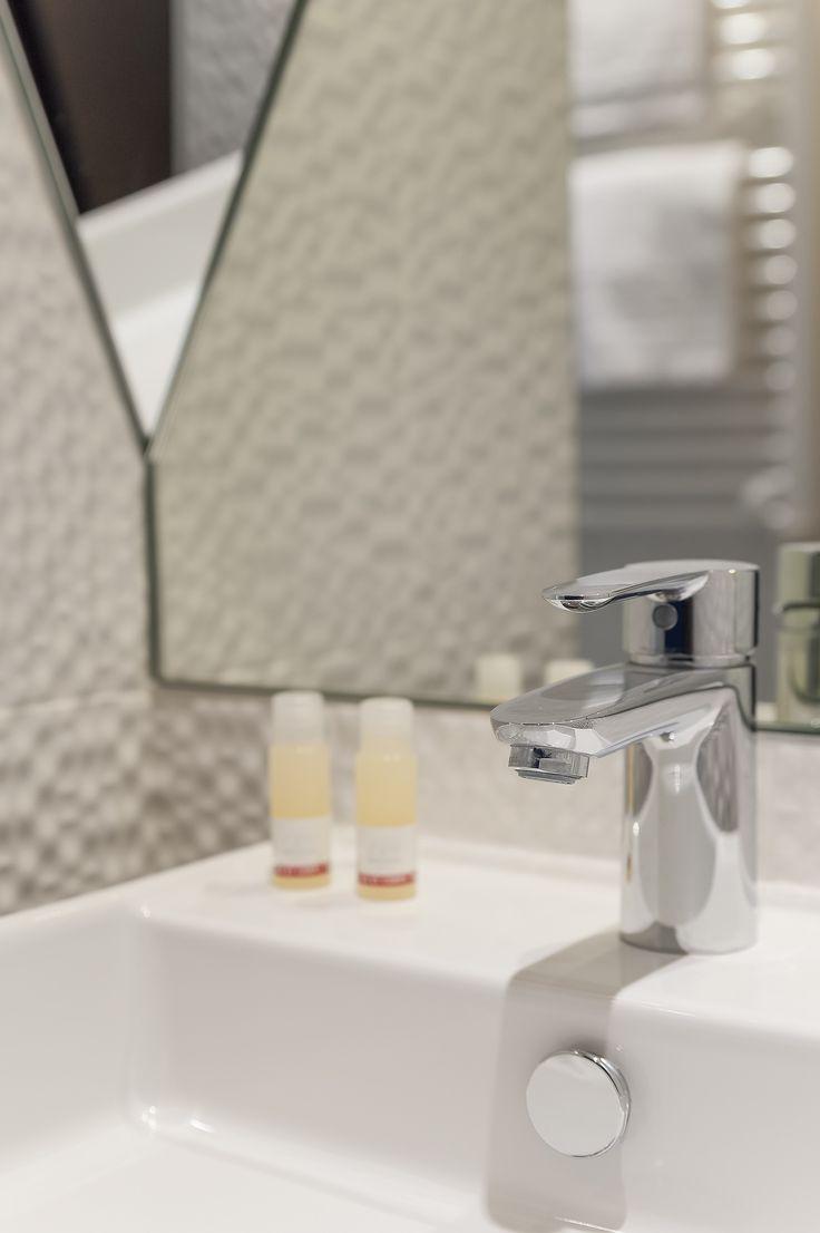 Nos chambres double - salle de bain   Maranatha Hotels #Hotels #Paris#France ©imagera.fr