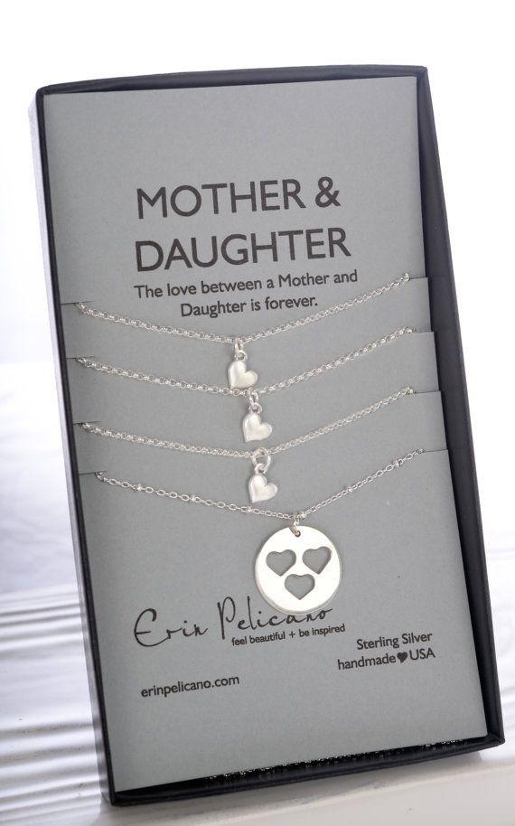 Moeder dochter ketting moeder verjaardag moeder dochter sieraden instellen voor haar moeder van de bruid zusters sieraden Sets cadeau voor moeder cadeau voor moeder  --->---    ---{{OBJECTGEGEVENS}}---  Een moeder 18mm tegenhanger, met hart uitgesneden op een 18 sterling zilver kralen ketting. Drie hart charme kettingen hebben een delicaat sterling hart op een keten van 16 of 18-inch.  De ketting wordt gepresenteerd op de kaart van een moeder & dochter De liefde tussen een moeder en do...