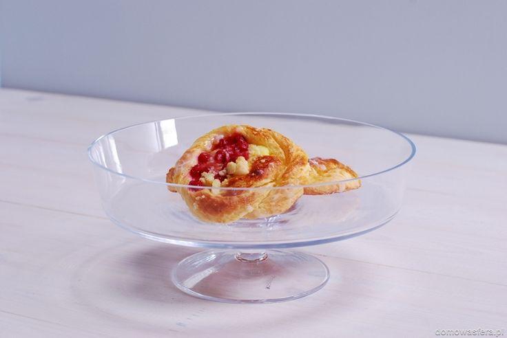 Szklana patera na nóżce z wysokimi ściankami, wykonana z grubszego szkła. Pięknie wyeksponuje domowe wypieki i owoce.uchroni je przed wysuszeniem. Doskonała ozdoba każdego stołu oraz idealny prezent dla miłośników pieczenia.