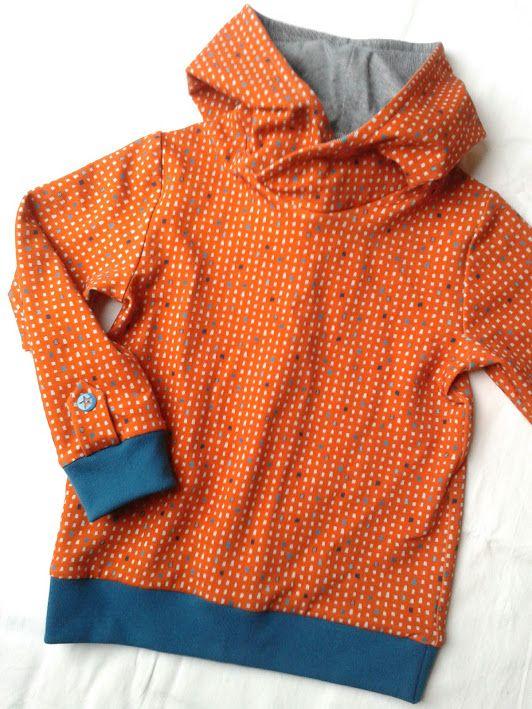 Hoodie van geometric blocks sweat van Kersenpitje met blauwe retro streepjes in de capuchon en petrol boorden - patroon Omni Tempore van Sofilantjes.com