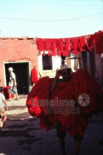 Färbergasse in den Souks, 1962 Czychowski/Timeline Images #bunt #farbenfroh #exotisch #rot #Färber #Marokko #Souks #Maghreb #60er #Afrika