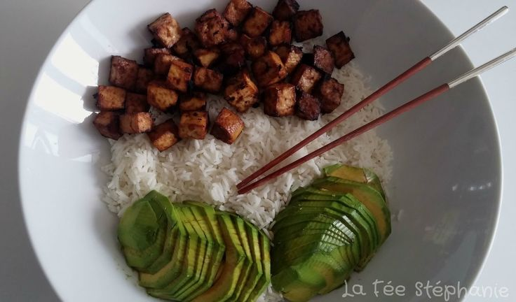 Voici une recette végétalienne qui va vous faire aimer le tofu. Coupé en cubes, mariné, puis grillé dans le four, un vrai délice! Recette à tester au plus vite!