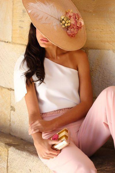 Pamela de rafia rosa con flores en color rosa y amarillo y pluma en color…