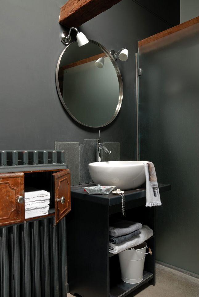 [En archive] Rangements malins pour cette salle de bains aux poutres apparentes