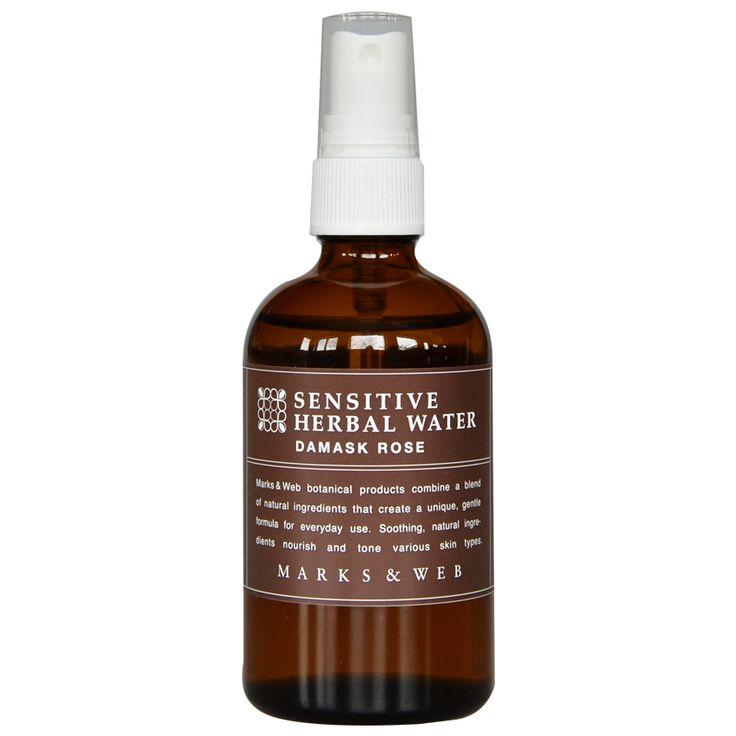 """潤いを補うラフィノース(オリゴ糖)に加え、保湿成分モモ葉エキスを配合したアルコールフリーの化粧水です。微細な霧が肌をまんべんなく潤し、みずみずしくなめらかに整えます。「ハーバルウォーター」よりもしっとりした感触で、アルコールに敏感な方や乾燥肌の方におすすめです。ダマスクローズから抽出した精油とローズウォーターの優雅な花の香りです。    <u><a href=""""http://www.marksandweb.com/news/product/2775.php"""">●パッケージが新しくなりました。</a></u>"""