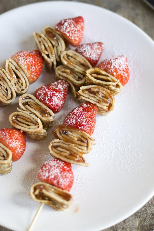 Pannenkoeken en aardbeien op een stokje