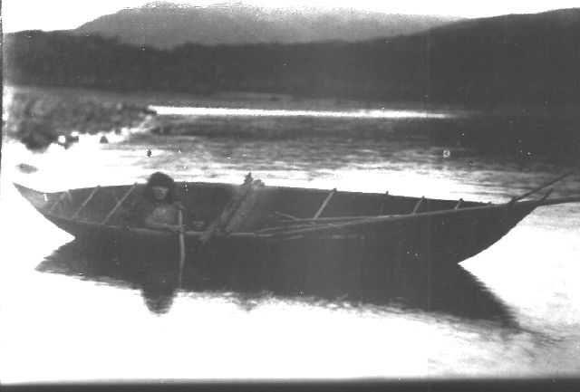 Sobre los yamanas y alakaluf en los canales fueguinos. Ocupaban la parte sur de Tierra del Fuego e islas magallánicas. Los yámanas estaban en el actual sector argentino y los alakaluf en el sector chileno. Ellos se llamaban a sí mismos como yamanas es decir 'los hombres. '.