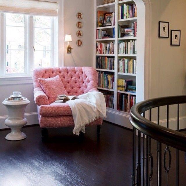Kitap okuma köşesi  #booklovers #livingroom #library #colors #library #sofa #deco #style #pink