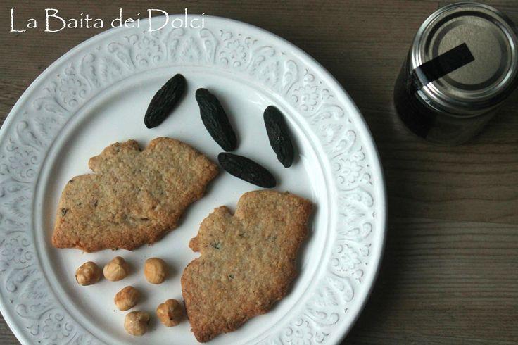 Frollini integrali con fava tonka e granella di nocciola