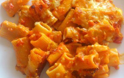 Pasta pasticciata - Un primo piatto molto ricco e gustoso preparato con pasta, sugo e carne tritata.  Ideale per un pranzo domenicale o un picnic.
